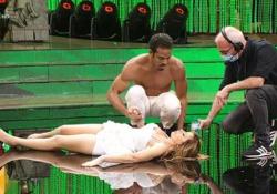 Un capogiro per Alessandra Mussolini in diretta, Milly Carlucci manda la pubblicità Imprevisto a «Ballando con le Stelle»: si è sentita male dopo la samba con Maykel Fonts - Ansa