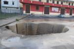 Maltempo, la pioggia distrugge l'asfalto: a Isola Capo Rizzuto si apre un'enorme voragine per strada - Video