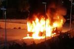 Messina, in fiamme bus dell'Atm a Giampilieri: le drammatiche immagini dell'incendio