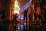 I manifestanti prendono d'assalto la chiesa di San Francisco de Borja, che alla polizia nazionale del Cile, a Santiago del Cile, il 18 ottobre 2020
