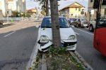 Incidente in Via La Farina . Auto contro un albero