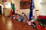 """Cosenza, i carabinieri donano pacchi di Natale alle famiglie in crisi: """"Vicini a chi ha bisogno"""""""
