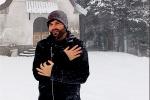 Lorica, il corista di Renato Zero canta sotto la neve: lo spettacolo offerto da Antonio Granato. Il video