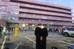 Padiglione Covid di Reggio, preghiera dell'arcivescovo con sanitari e ammalati