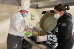 La preparazione dei pasti alla mensa dei poveri di Crotone