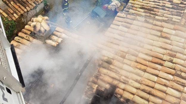Tragedia sfiorata a Castrolibero, incendio in abitazione fa crollare una parte di tetto