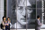 La gigantofrafia di Lennon all'ingresso del museo intitolato al cantante a Yono in Giappone