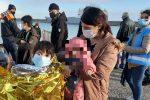 Sbarco di migranti a Crotone, le foto dell'arrivo