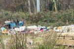 Cosenza, che degrado su viale Magna Grecia: siringhe, guanti usati e... carcasse di auto