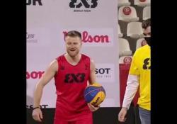 Basket, va a canestro saltando su tre persone Rafal Lipinski fa sembrare tutto facile, ma in realtà il suo gesto atletico è da campione - Dalla Rete