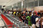 Camerun, apre centro commerciale. Clienti in difficoltà con le scale mobili - VIDEO