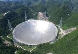 Cina, entra in funzione il più grande radiotelescopio della storia: ha la superficie di 30 campi da calcio La struttura è stata costruita tra le montagne per accogliere astronomi e scienziati da tutto il mondo - Ansa