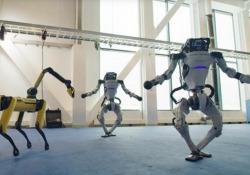 Delizioso, ma un po' inquietante: il ballo scatenato dei robot di Boston Dynamics I robot Atlas, Handle e Spot danzano sulle note di «Do You Love Me». E no: il video non è una animazione al computer - CorriereTV