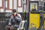Benzina sfonda nuovo record e si avvicina a 1,6: aggravio di 273 € a famiglia rispetto a maggio 2020