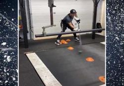 Hockey, dribbla gli ostacoli con il bastone sul tapis roulant Come allenare tecnica e velocità nell'hockey? L'ha mostrato Pavel Barber con un video su Instagram - Dalla Rete