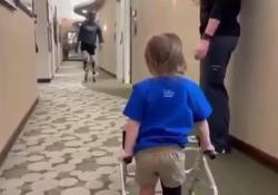 Il campione paralimpico incoraggia il bimbo a camminare per la prima volta con la gamba protesica Il bel gesto di Blake Leeper, uno dei migliori atleti paralimpici di sempre, con otto medaglie all'attivo - CorriereTV