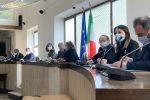 Il sindaco di Crotone Vincenzo Voce con i suoi assessori nella sala consiliare