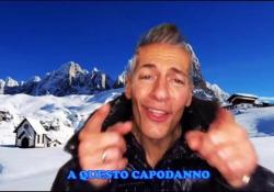 L'ironia di Giovanni Vernia su come trascorreremo il Natale: «Mannaggia allo sci, sci, sci» Il comico pubblica un video sulle note di «Per colpa di Chi?» di Zucchero - Corriere Tv