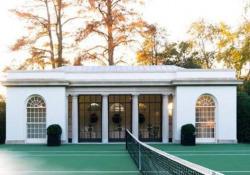 Melania Trump inaugura un campo da tennis alla Casa Bianca: pioggia di critiche In mezzo alla pandemia, con oltre 280.000 morti negli Usa, la first lady ha inaugurato la nuova struttura - CorriereTV