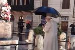 Immacolata, il Papa prega all'alba sotto la pioggia a Piazza di Spagna - FOTO E VIDEO