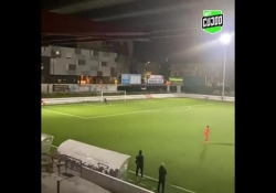 Portogallo, segna con un «cucchiaio» da 35 metri Bruninho, calciatore del Barreirense, campionato dilettanti portoghese, ha segnato con un «cucchiaio»da 35 metri - Dalla Rete