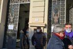 Marcianò, Pangallo e Davi davanti alla Prefettura di Reggio che s'intrattiene con un cittadino