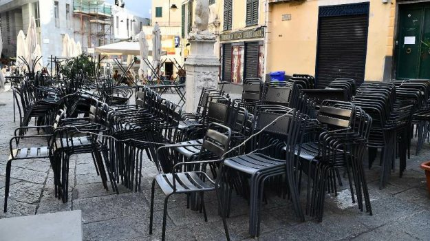 Coronavirus a Reggio, nuove proteste di ristoratori e mondo dello sport in piazza Italia