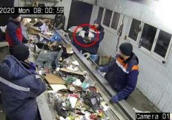 Russia, netturbino si accorge di un gatto in un sacco: il salvataggio all'ultimo nell'impianto di smaltimento rifiuti L'animale era in un sacco dell'immondizia in mezzo ad altri rifiuti quando un operaio dell'impianto ha notato qualcosa che si muoveva - CorriereTV