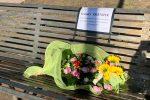 """""""Scusaci Kristofer"""", a Messina un mazzo di fiori sulla panchina dov'è morto il clochard"""
