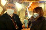 La statuina del presepe dell'infermiera anti-covid all'arcivescovo di Rossano Cariati