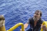 Naufraga nell'Atlantico, ma sopravvive aggrappandosi alla sua barca per 48 ore