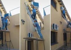 Tentano di installare un condizionatore al secondo piano: la fine è brusca (ma un successo su TikTok) Il video ha totalizzato oltre 2 milioni di visualizzazioni in soli cinque giorni - CorriereTV