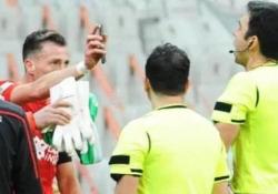 Turchia, espulso perché mostra il cellulare all'arbitro Hakan Arslan, giocatore del Sivasspor, è stato espulso perché ha mostrato il cellulare all'arbitro - Dalla Rete