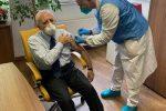 Vincenzo De Luca, presidente della Regione Campania, durante la somministrazione del vaccino anti Covid all'ospedale Cotugno, in una foto postata dallo stesso governatore sul suo profilo Facebook (ANSA)