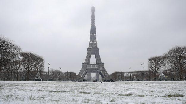 Il fascino di Parigi sotto la neve... mentre scatta il coprifuoco - Gallery