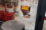 """Cassano Ionio, il supermercato è chiuso e prova a """"riaprirlo"""" a colpi di zappa"""