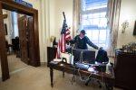 Assalto al Congresso Usa: arrestato l'uomo che si è seduto alla scrivania della Pelosi