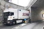 Sant'Alessio Siculo, autocarro s'incastra nel sottopasso. Le foto