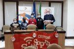 Il sindaco di Crotone Vincenzo Voce coi bambini che gli hanno inviato i messaggi con i consigli per migliorare la città