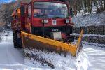 Fiocchi di neve e strade ghiacciate sui Nebrodi, mezzi in azione a Caronia e Cesarò