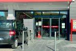 Cassano, distrugge la vetrina di un supermarket a colpi di... zappa: arrestato un 25enne FOTO