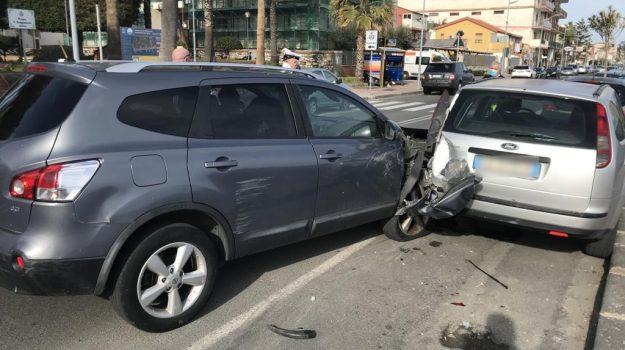 Incidente a Santa Teresa: alla guida senza assicurazione, centra un'auto in sosta