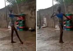 Bolle posta il video di una piccola ballerina a piedi scalzi sotto la pioggia: «Ha la grazia di una étoile» La scena girata a Lagos, in Nigeria, dove sei mesi fa un altro bimbo conquistò il web con la danza - Corriere Tv
