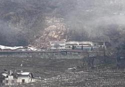 Bolzano, la roccia si stacca e distrugge parte dell'hotel: il video dalla funivia La frana si è staccata attorno alle 15 proprio sopra l'hotel Eberle di Bolzano, centrando la struttura e distruggendone una parte. Immediato l'intervento dei soccorritori - CorriereTV