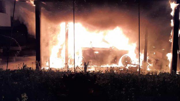 auto in fiamme, imprenditore agricolo, Laghi di Sibari, Cosenza, Cronaca