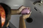 Coronavirus, lavarsi le mani diventa un gioco per i bambini