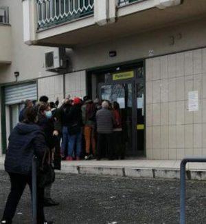 File e assembramenti davanti agli uffici postali di Corigliano Rossano