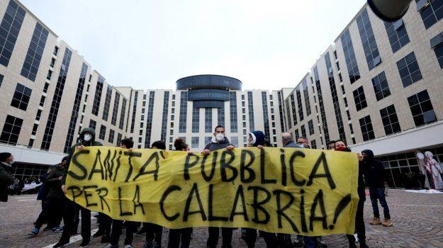 La protesta organizzata sotto la Regione a Catanzaro durante la visita del ministro Boccia