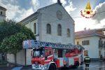 Croce pericolante su una chiesa di Catanzaro recuperata dai vigili del fuoco