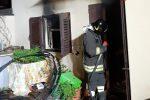 Davoli, in fiamme l'enorme cumulo di rifiuti che aveva in casa: anziana in salvo